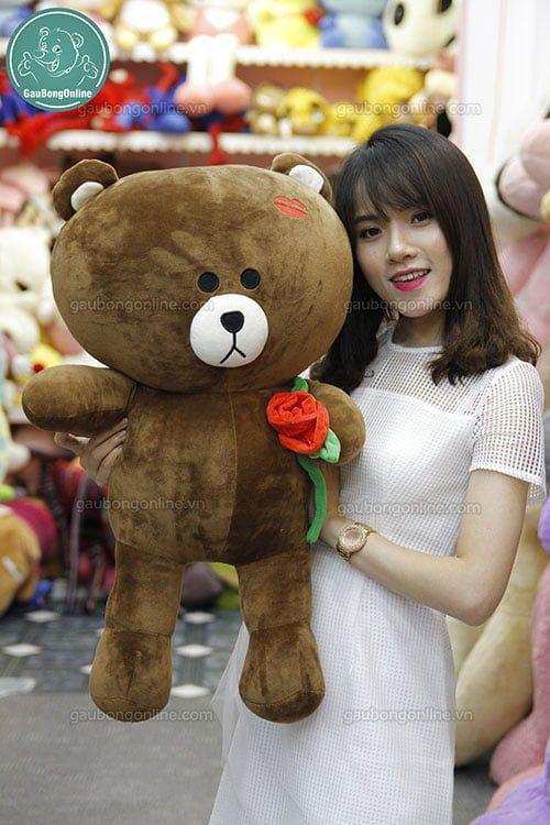 gấu Brown ôm hoa